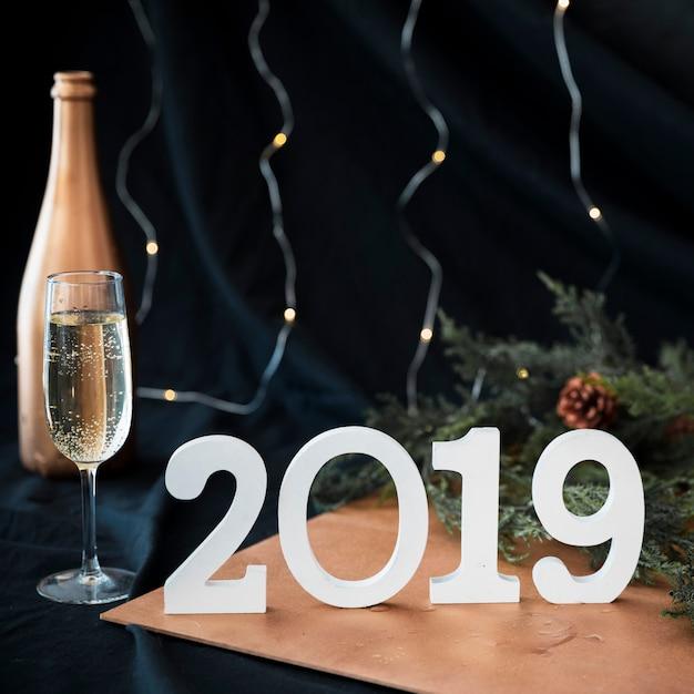 2019 inscriptie met champagne glas op tafel Gratis Foto