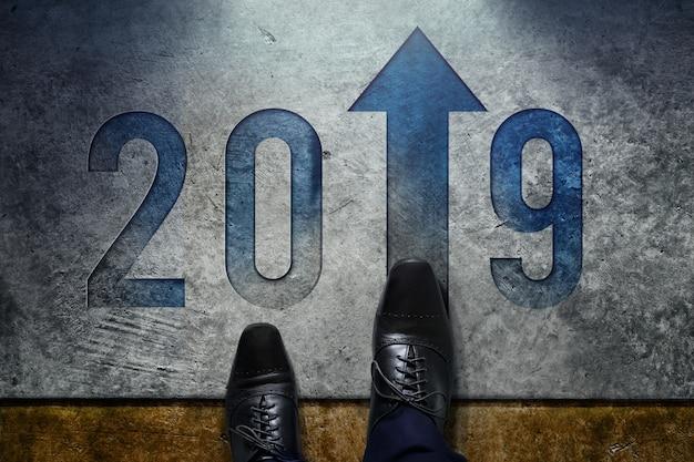 2019 jaar concept. bovenaanzicht van man met formele oxford schoenen Premium Foto