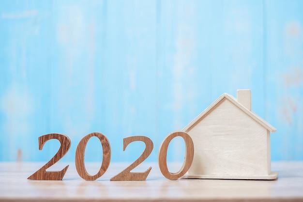 2020 nummer met huismodel op hout Premium Foto
