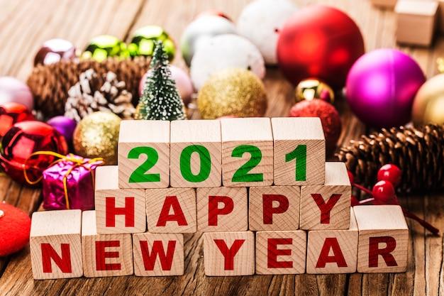 2021 gelukkig nieuwjaarsblokken met kerstversieringen Gratis Foto