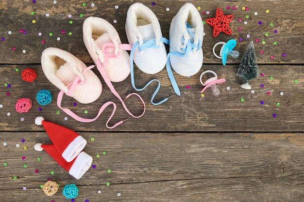 2021 nieuwjaar geschreven veters van kinderschoenen en fopspeen op oude houten achtergrond. Premium Foto