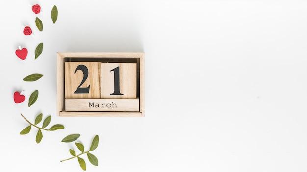 21 maart inscriptie met groene bladeren op tafel Gratis Foto