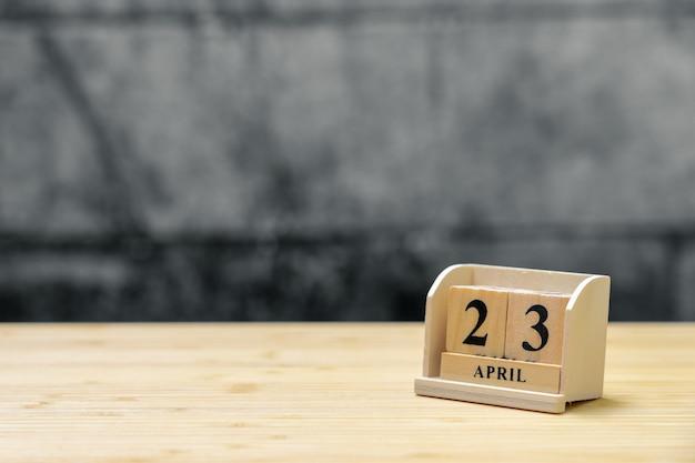 23 april houten kalender op uitstekende houten abstracte achtergrond. Premium Foto