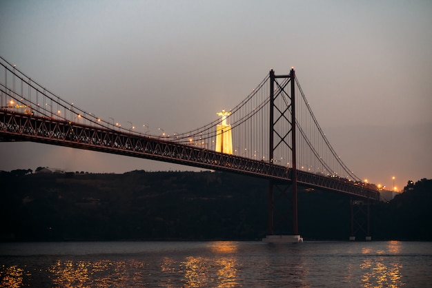 25 april-bruglandschap en christus de koning in lissabon, portugal Premium Foto