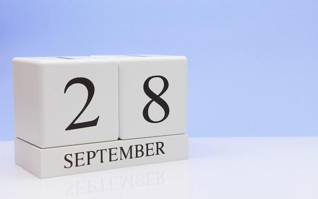 28 september. dag 28 van maand, dagelijkse kalender op witte lijst met bezinning Premium Foto