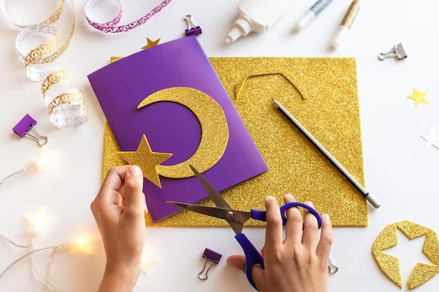 3 diy ramadan kareem kaart met gouden halve maan en een ster. Premium Foto