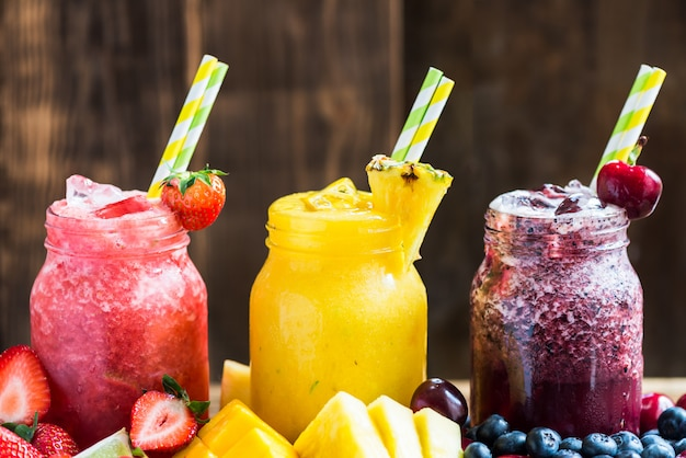 3 heerlijke slushies van verschillende bessen en vruchten Premium Foto