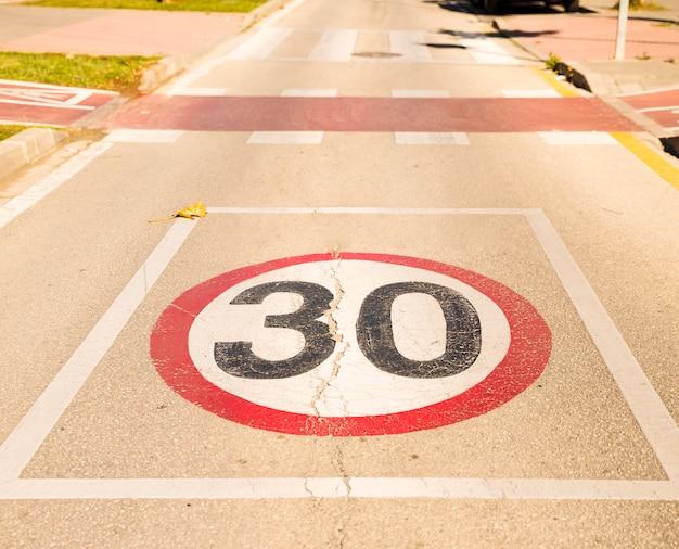 30 snelheidsbeperkingsteken op een geasfalteerde weg Gratis Foto