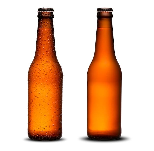 300ml bierflesjes met druppels en droogt op een witte achtergrond. pilsen. Premium Foto