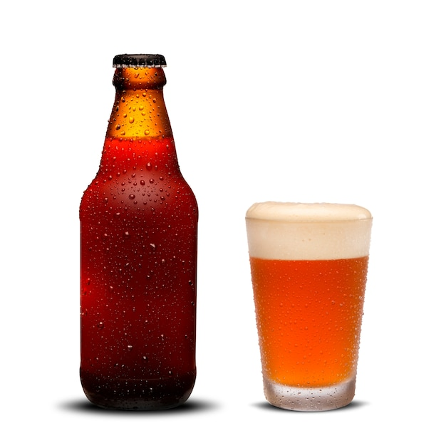 300ml bierflessen en glasbier met dalingen op witte achtergrond. Premium Foto