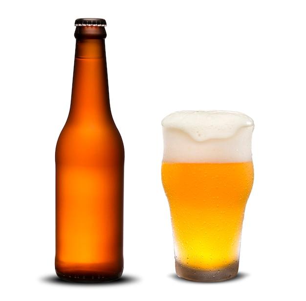 300ml droge bierflessen en glasbier met dalingen op witte achtergrond. Premium Foto