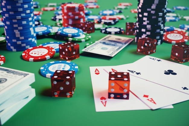 3d illustratie casinospel. chips, speelkaarten voor poker. pokerfiches, rode dobbelstenen en geld op groene tafel. online casino concept. Premium Foto