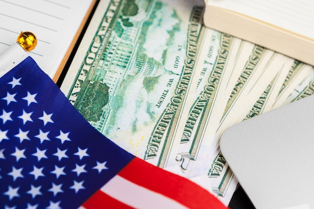 4 juli amerikaanse onafhankelijkheidsdag vs vlaggen decoraties in kantoor met computer Premium Foto