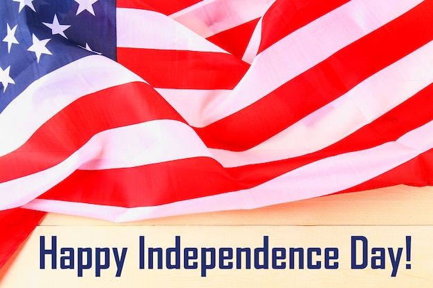 4 juli happy independence day tekst op de vlag van de verenigde staten van amerika. Premium Foto