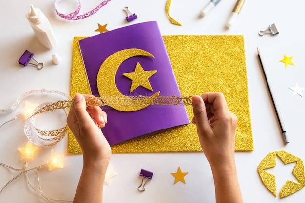 5 diy ramadan kareem-kaart met gouden halve maan en een ster. Premium Foto