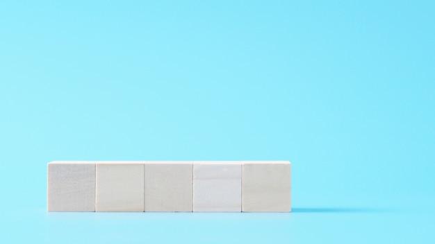 5 lege houten kubusspot omhoog in horizontale vorm op geïsoleerde achtergrond met exemplaarruimte Premium Foto