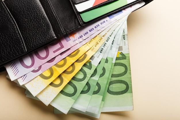 50, 100, 200, 500 eurobankbiljetten op de beige achtergrond in portemonnee. geld zakelijke financiën besparen Premium Foto