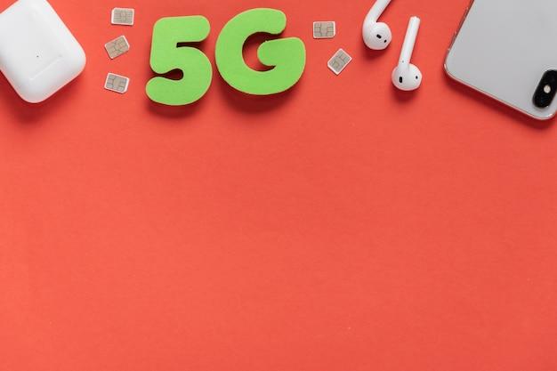 5g tekst op effen achtergrond met telefoon Gratis Foto