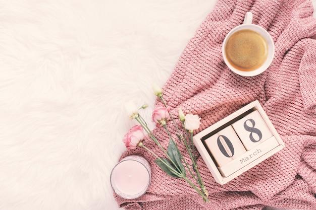 8 maart inscriptie met roze bloemen en koffie Gratis Foto