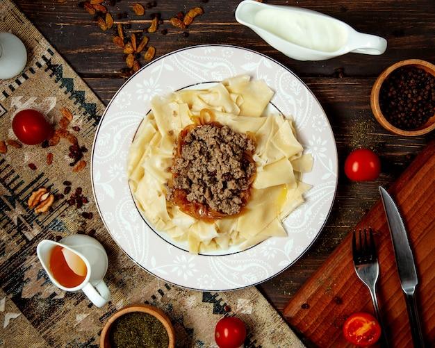 à ⠰ zeri traditionele groene khinkali met gevuld gebakken vlees Gratis Foto