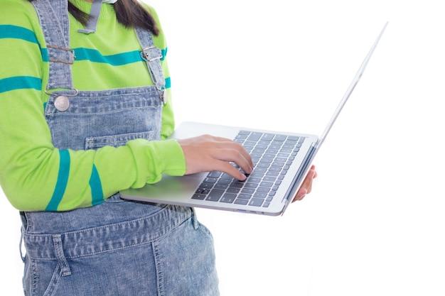 Aanbiddelijk aziatisch meisje dat in studio met bouwhelm, meisje met de droom van de groene kleurensweater handelt Premium Foto