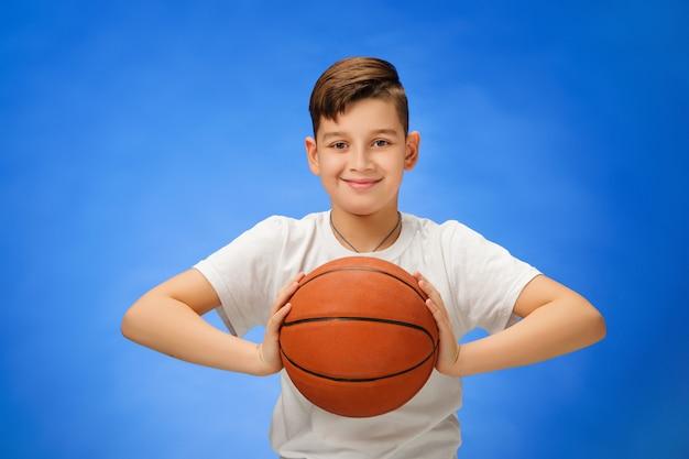 Aanbiddelijk jongenskind met basketbalbal Gratis Foto