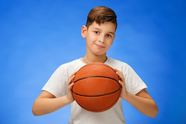 Aanbiddelijk kind met basketbalbal Gratis Foto