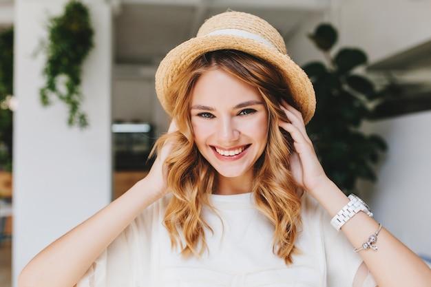 Aanbiddelijk lachend meisje dat zilveren armband en het witte polshorloge stellen draagt Gratis Foto
