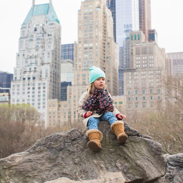 Aanbiddelijk meisje in central park in new york Premium Foto