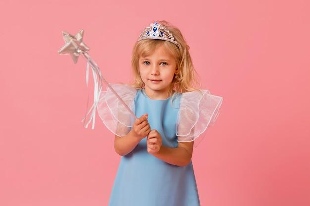 Aanbiddelijk meisje in kostuum en toverstokje Gratis Foto