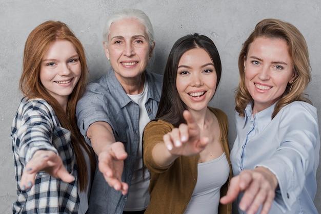 Aanbiddelijke groep vrouwen het glimlachen Gratis Foto