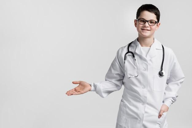 Aanbiddelijke jonge arts met exemplaarruimte Gratis Foto