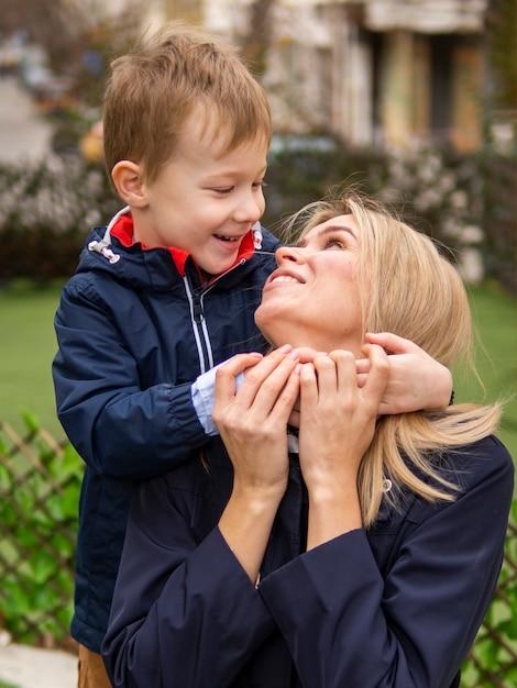Aanbiddelijke jonge jongen die met mamma speelt Gratis Foto