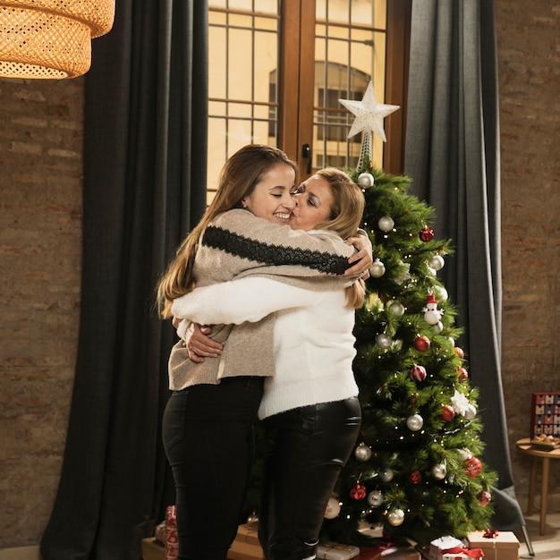 Aanbiddelijke moeder en dochter knuffelen Gratis Foto