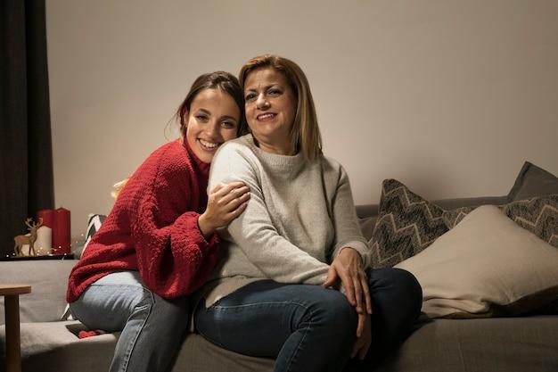 Aanbiddelijke moeder en dochter samen Gratis Foto