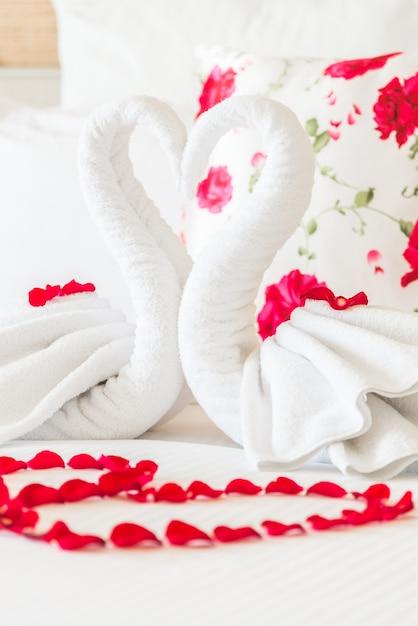 Aangebracht esthetische handdoek kussen roos Gratis Foto