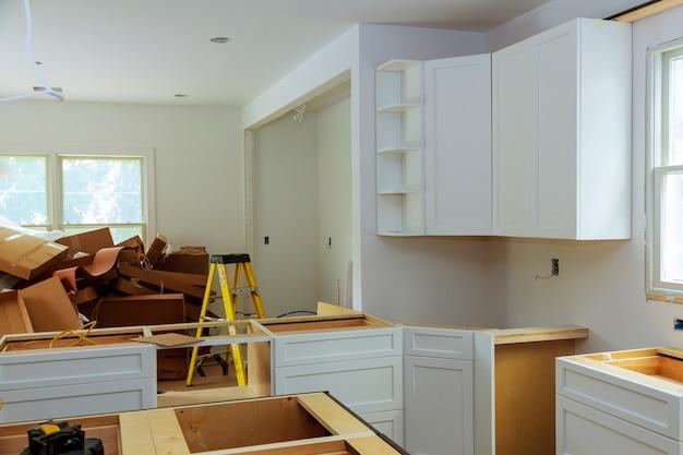 Aangepaste keukenkasten in verschillende installatiefasen Premium Foto