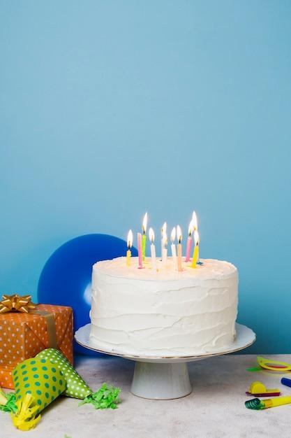 Aangestoken kaarsen op verjaardagstaart Gratis Foto
