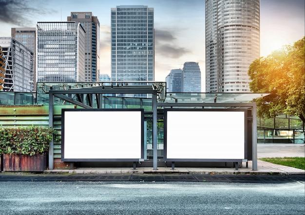 Aanplakborden langs de weg Premium Foto