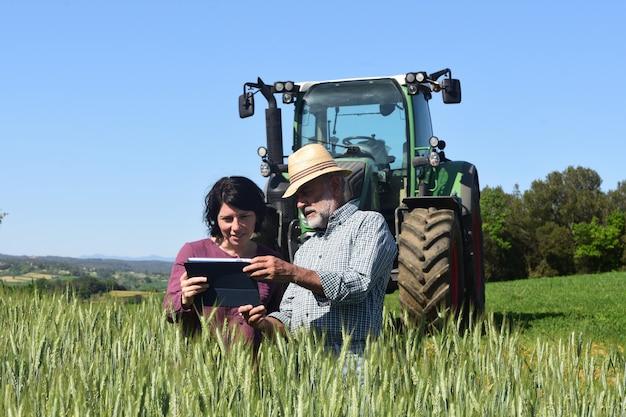 Aantal boeren in een veld met een digitale tablet Premium Foto