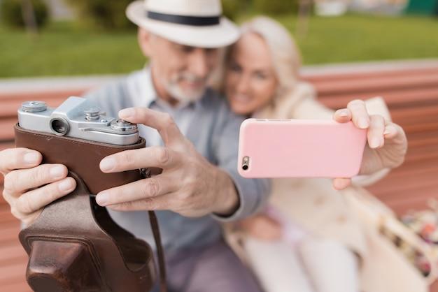 Aantal gepensioneerden zit op een bankje in het winkelcentrum Premium Foto