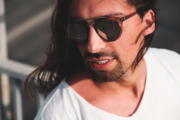 Aantrekkelijk bebaarde man portret draagt modieuze zonnebril Gratis Foto
