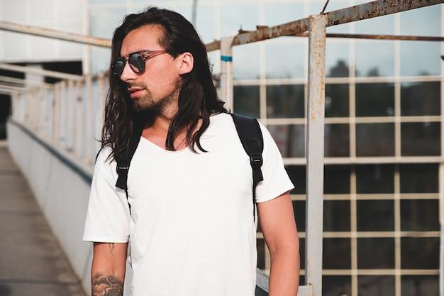 Aantrekkelijk bebaarde man portret met zonnebril Gratis Foto