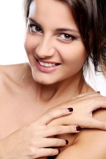Aantrekkelijk en gelukkig meisje met bruine ogen Gratis Foto