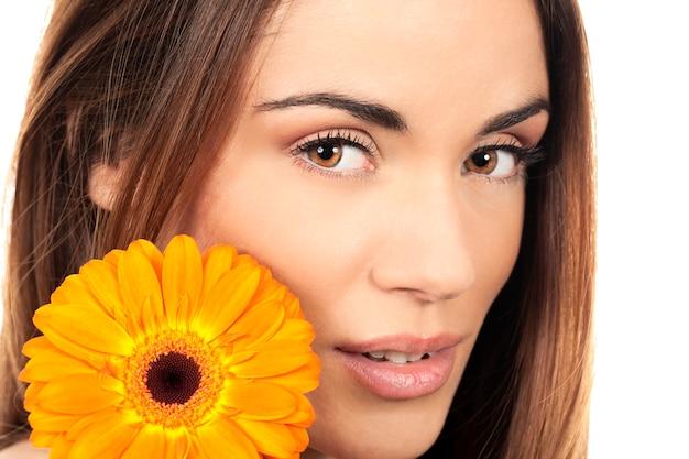 Aantrekkelijk het glimlachen vrouwenportret met bloem Gratis Foto