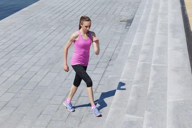 Aantrekkelijk meisje dat op de straat loopt Gratis Foto