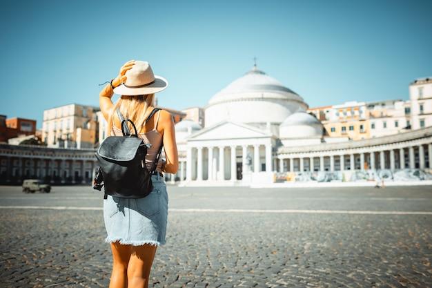 Aantrekkelijk meisje toerist in hoed met rugzak verkennen van nieuwe stad in europa in de zomer Premium Foto