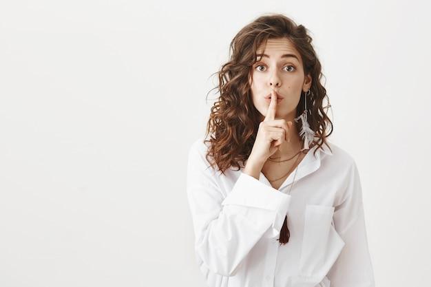 Aantrekkelijk meisje verbergt geheim, stil als vragen, wees stil Gratis Foto