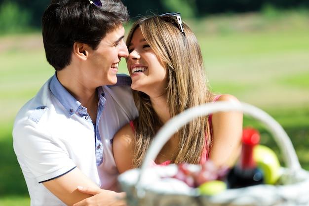 Aantrekkelijk paar op romantische picknick in platteland. Premium Foto
