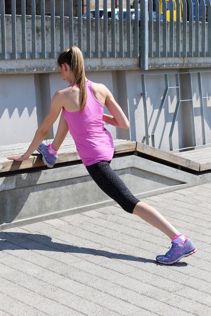 Aantrekkelijk sportmeisje op de straat Gratis Foto